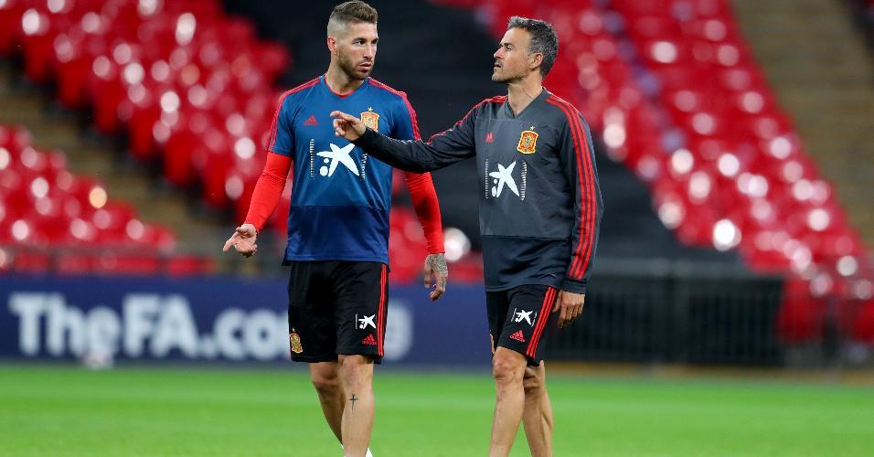 Luis Enrique dá instruções a Sergio Ramos em treino da Espanha em Wembley, na Inglaterra