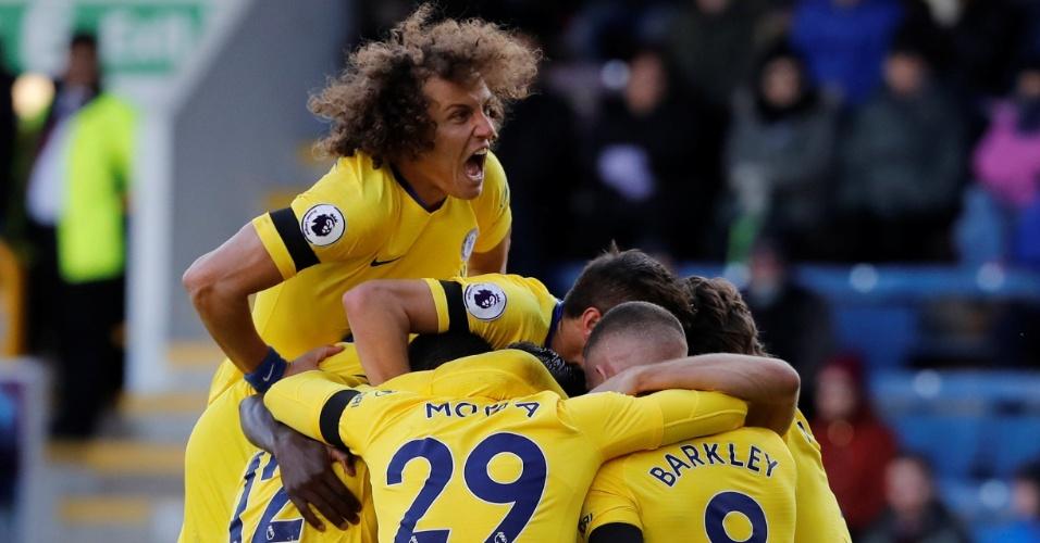David Luiz comemora com jogadores do Chelsea gol marcado diante do Burnley