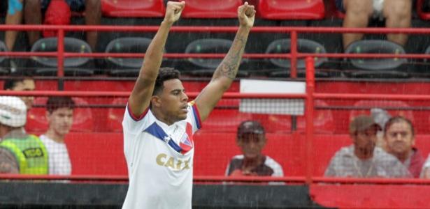Gustagol comemora após marcar pelo Fortaleza sobre o Atlético-GO