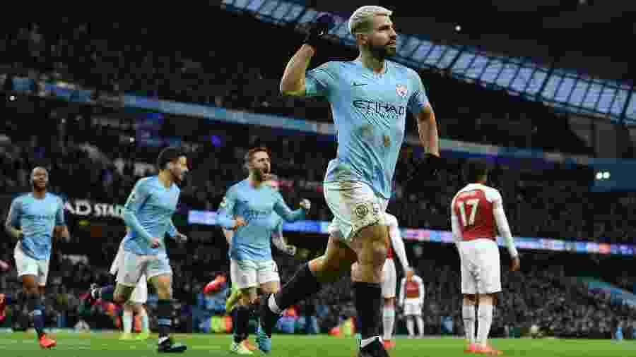 Aguero comemora o primeiro gol do Manchester City contra o Arsenal pelo Campeonato Inglês - Paul ELLIS / AFP