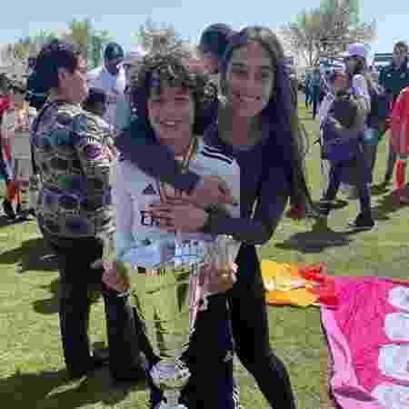 Enzo e a mãe, Clarice, comemoram título do Real Madrid na categoria sub-10 - Reprodução