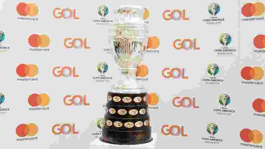 Taça da Copa América estará no jogo de abertura da competição, no próximo dia 14, entre Brasil e Bolívia, no Morumbi - Simon Plestenjak/UOL Esporte