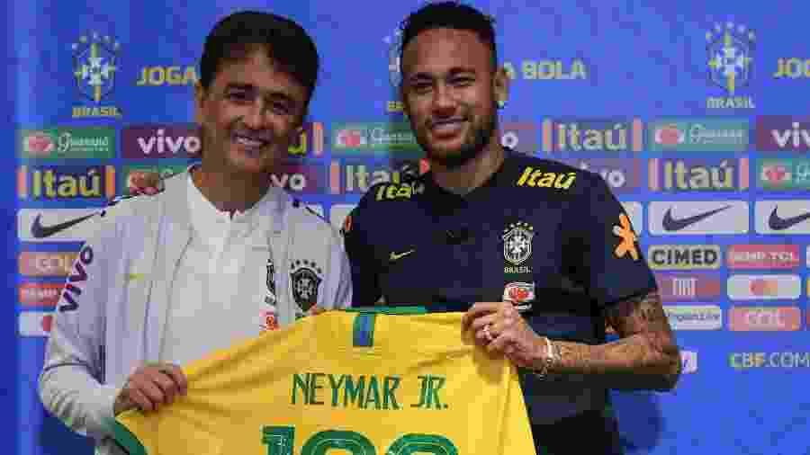 Neymar recebe camisa 100 de Bebeto - Pedro Martins/MoWA Press