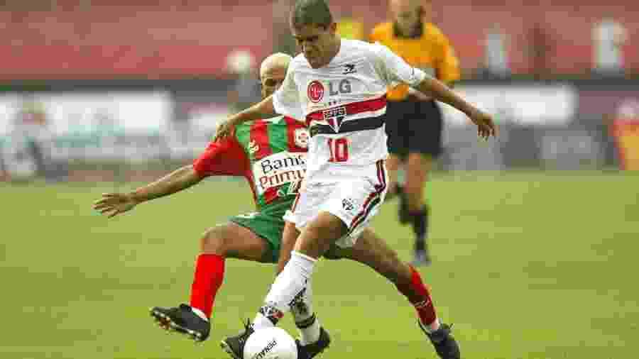Ricardinho em ação pelo São Paulo pelo Campeonato Paulista de 2003, contra a Portuguesa Santista - Eduardo Knapp/Folha Imagem