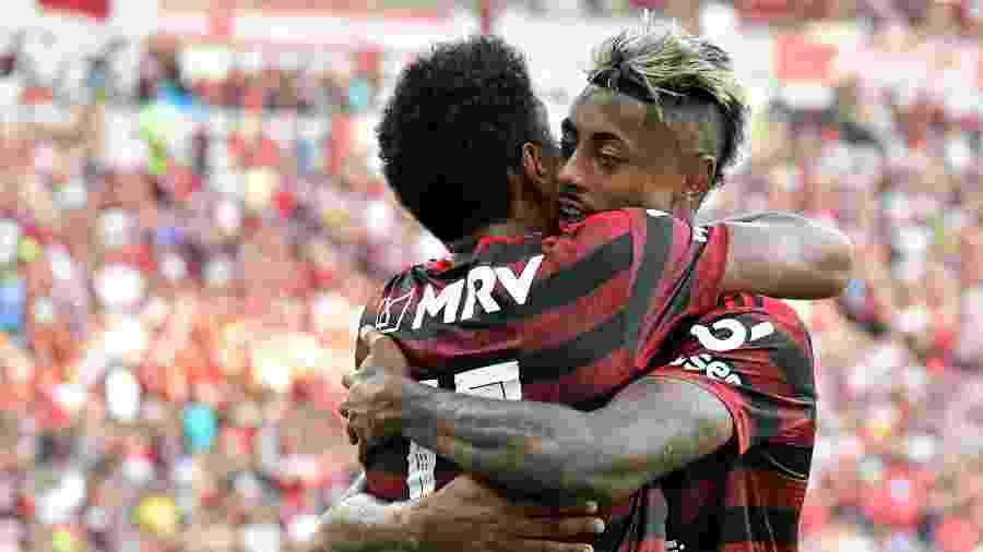 Vitinho e Bruno Henrique celebram gol do Flamengo contra o Corinthians - Thiago Ribeiro/AGIF