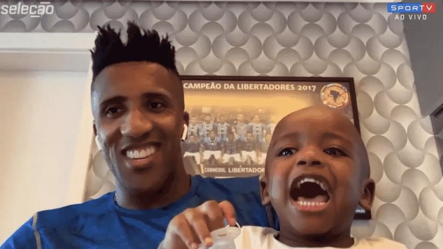 Noah, filho de Bruno Cortez, invadiu entrevista do jogador - Reprodução/SporTV