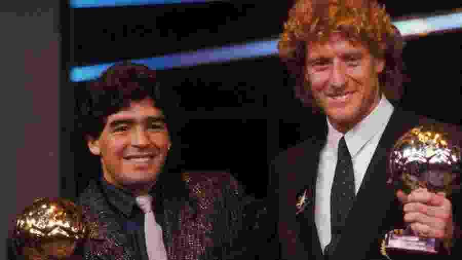 Diego Maradona posa com a Bola de Ouro que levou por seu desempenho na Copa do Mundo de 1986 - Jean-Jacques Bernier/Getty Images