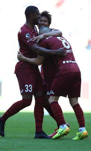 Brasileiro Dankler, do Vissel Kobe, abraça o companheiro Andrés Iniesta
