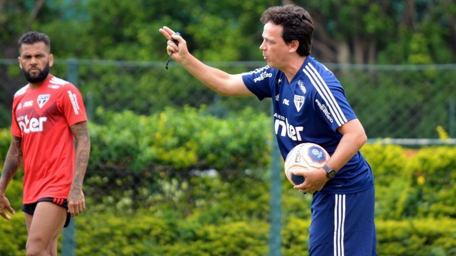 Fernando Diniz orienta o time do São Paulo com Daniel Alves ao fundo no CT da Barra Funda - Érico Leonan/saopaulofc.net