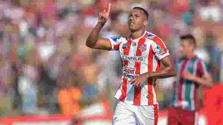 Juliano, do Bangu, comemorando o gol durante a partida contra o Fluminense - Thiago Ribeiro/AGIF - Thiago Ribeiro/AGIF