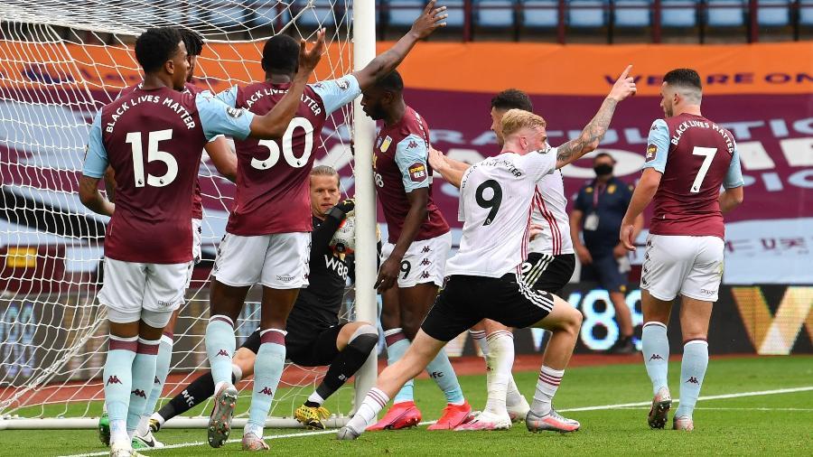 Nyland, do Aston Villa, se apoia na rede para evitar gol do Sheffield United em jogo do Campeonato Inglês - Paul Ellis/Pool via REUTERS
