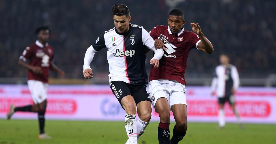 Cristiano Ronaldo recebe a marcação do zagueiro brasileiro Bremer em duelo entre Juventus e Torino