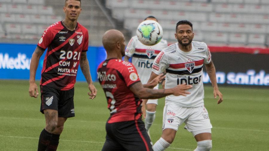 Jonathan, do Athletico-PR, e Reinado, do São Paulo, disputam lance em jogo pelo Brasileirão - Robson Mafra/AGIF
