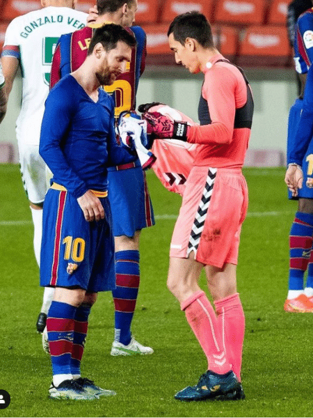 Messi e Badía trocando camisas após Barcelona 3 a 0 Elche - Reprodução