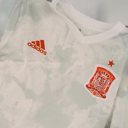 Novo uniforme alternativo da Espanha tem manchas mais escuras em um fundo branco - Reprodução/Twitter