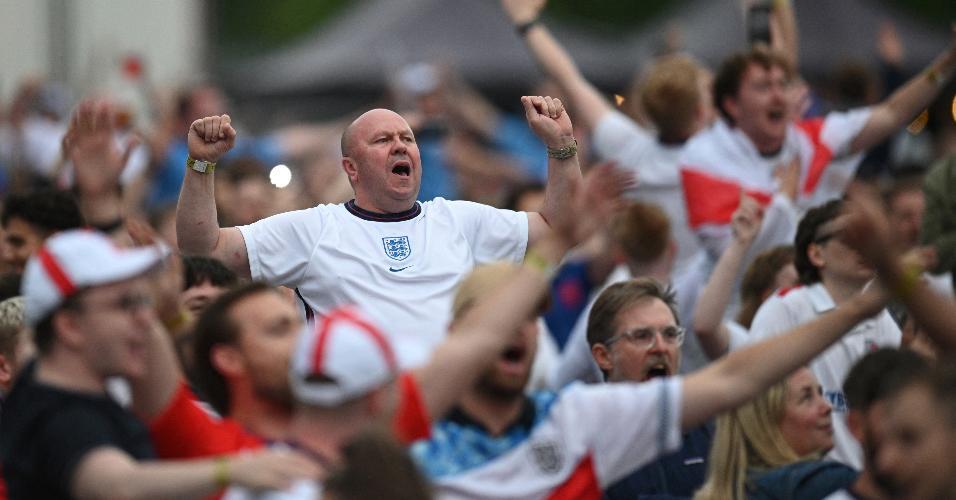 Torcedores celebram vitória parcial da seleção inglesa sobre italianos na final da Eurocopa
