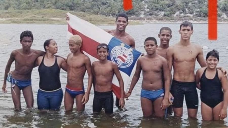 Ana Marcela Cunha (última à direita) e Edvaldo Valério (com a bandeira) após participarem da Travessia da Lagoa do Abaeté, em 2002 - Jair Rosário