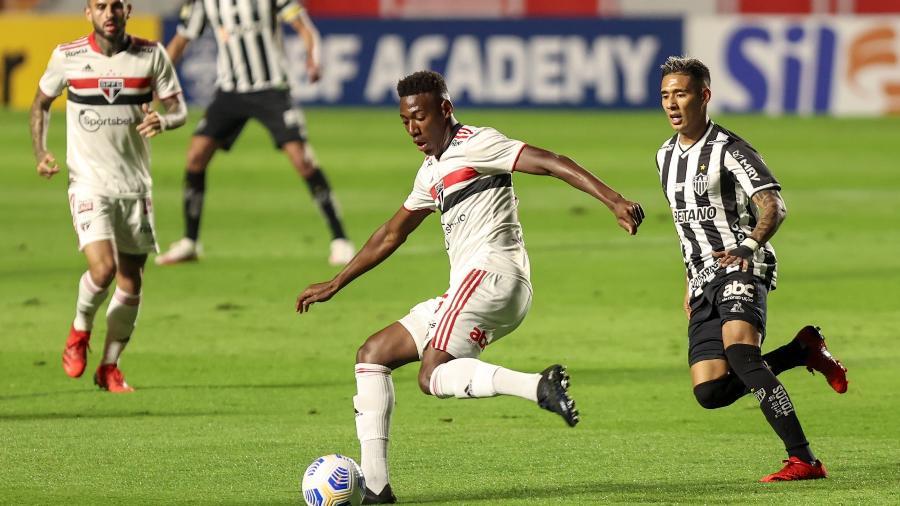 Léo faz desarme na partida do São Paulo contra o Atlético-MG, no estádio Morumbi, pela 22ª rodada do Brasileirão - Marcello Zambrana/Marcello Zambrana/AGIF