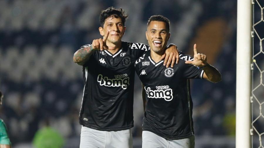 Morato (dir.) comemora seu gol ao lado de Germán Cano na partida entre Vasco e Goiás, em São Januário - Rafael Ribeiro / Vasco
