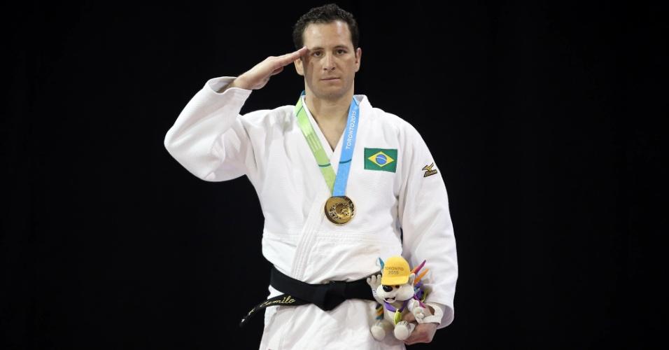 Judoca Tiago Camilo presta continência na conquista de medalha de ouro na categoria até 90 kg