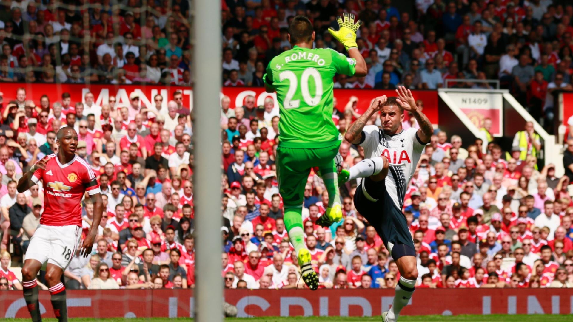 Walker divide bola com o goleiro Sergio Romero, do Manchester