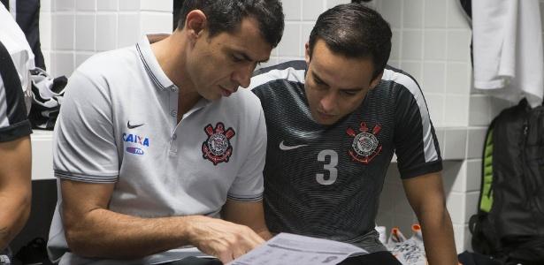 Jadson conversa com Fábio Carille, auxiliar do Corinthians, nos vestiários da Vila Belmiro