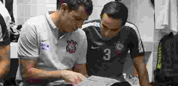 Jadson conversa com Fábio Carille, auxiliar do Corinthians, nos vestiários da Vila Belmiro - Daniel Augusto Jr/Agência Corinthians