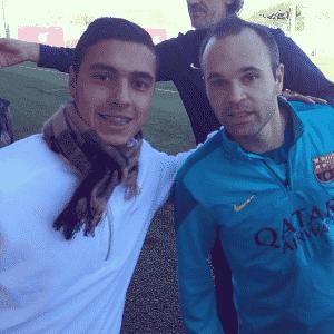 Alisson Farias ao lado de Iniesta em visita ao Barcelona - Reprodução/Instagram