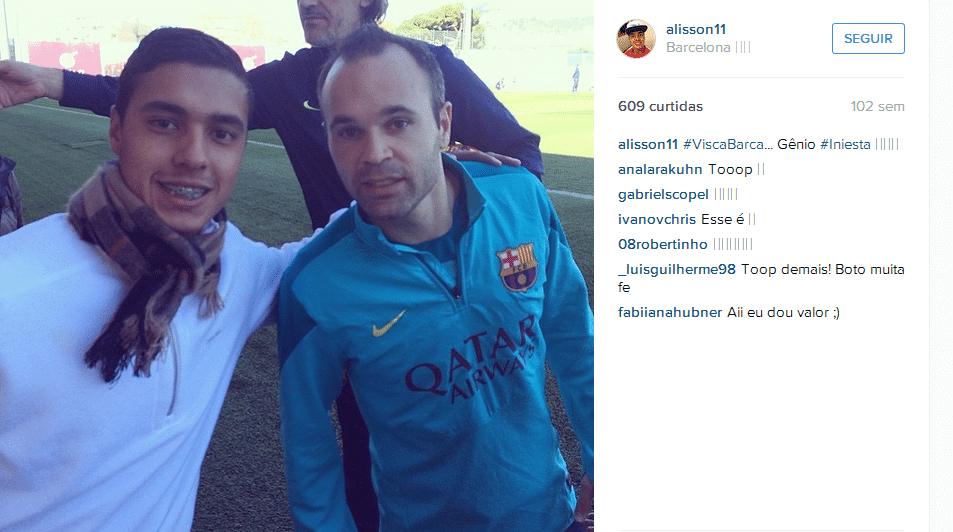Alisson Farias ao lado de Iniesta em visita ao Barcelona