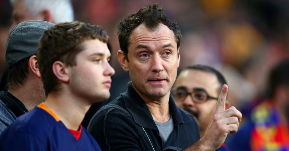 Jude Law, ator inglês, acompanha o clássico entre Barcelona e Real Madrid no Camp Nou, pelo Campeonato Espanhol