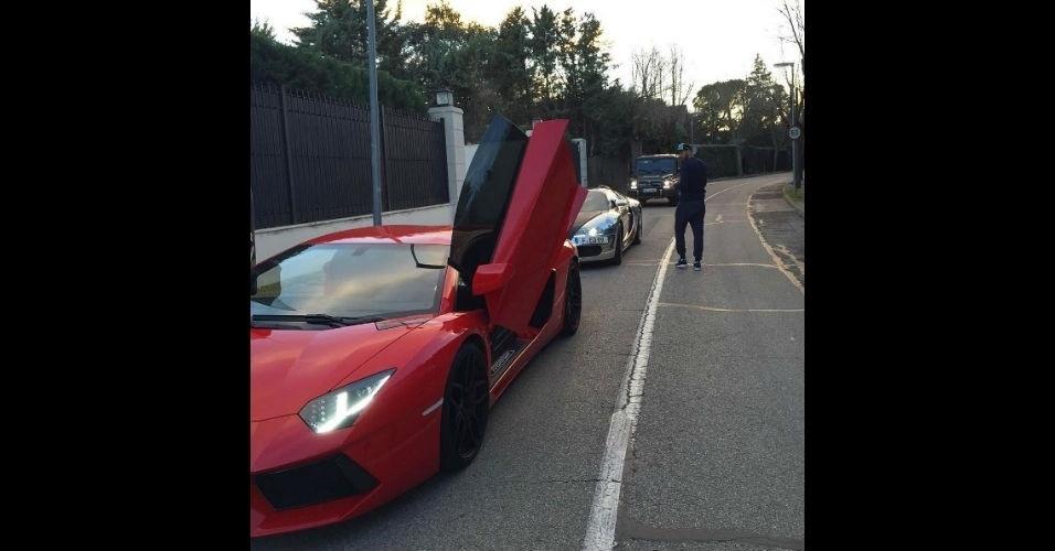 Benzema ostenta com carro de luxo