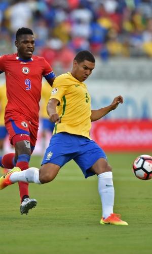 Casemiro afasta a bola de Kervens Belfort na partida Brasil x Haiti pela Copa América Centenário