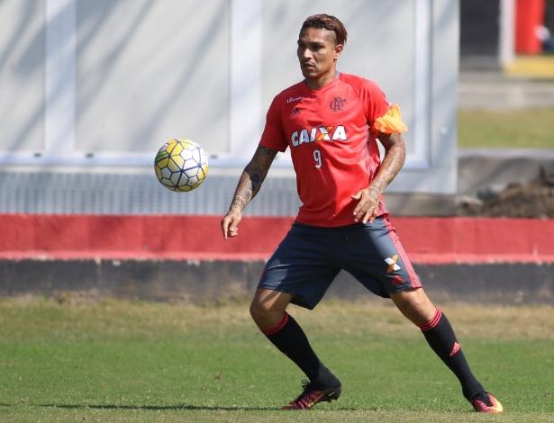 O atacante peruano Guerrero durante treino do Flamengo
