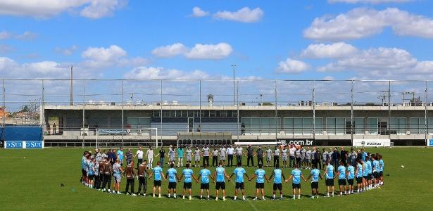 Jogadores do Grêmio em homenagem à Chapecoense antes do treinamento