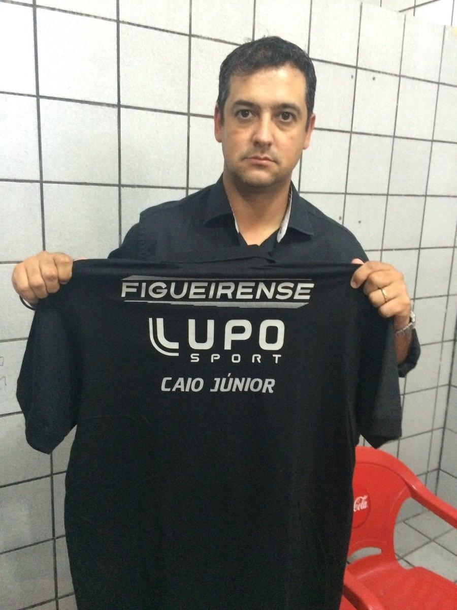 No jogo contra o Sport, técnico do Figueirense, Marquinhos Santos, utiliza camisa com o nome de Caio Júnior, técnico da Chapecoense que estava na tragédia aérea