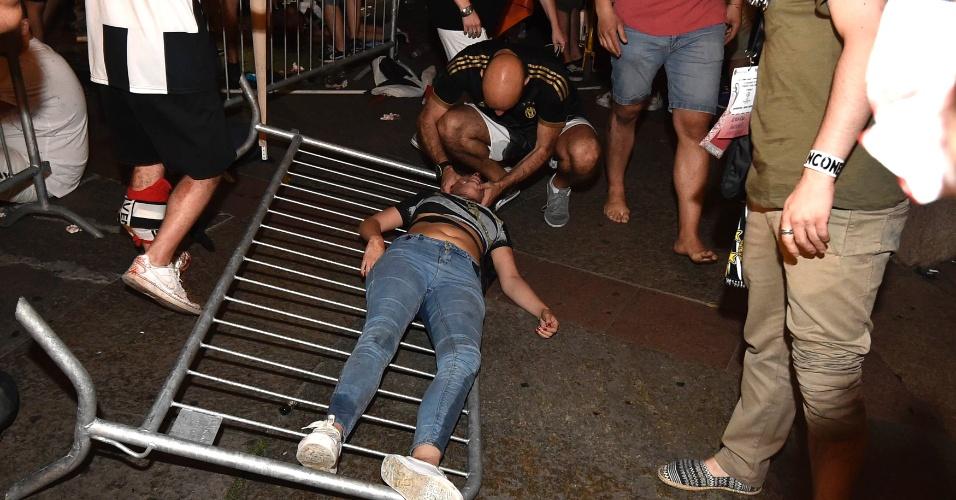 Torcedor ficou caído no chão após pânico entre a multidão