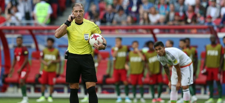 Recurso de vídeo sendo usado durante jogo da Copa das Confederações; no Brasil, árbitro eletrônico ainda não tem data prevista - EFE/EPA/MARIO CRUZ