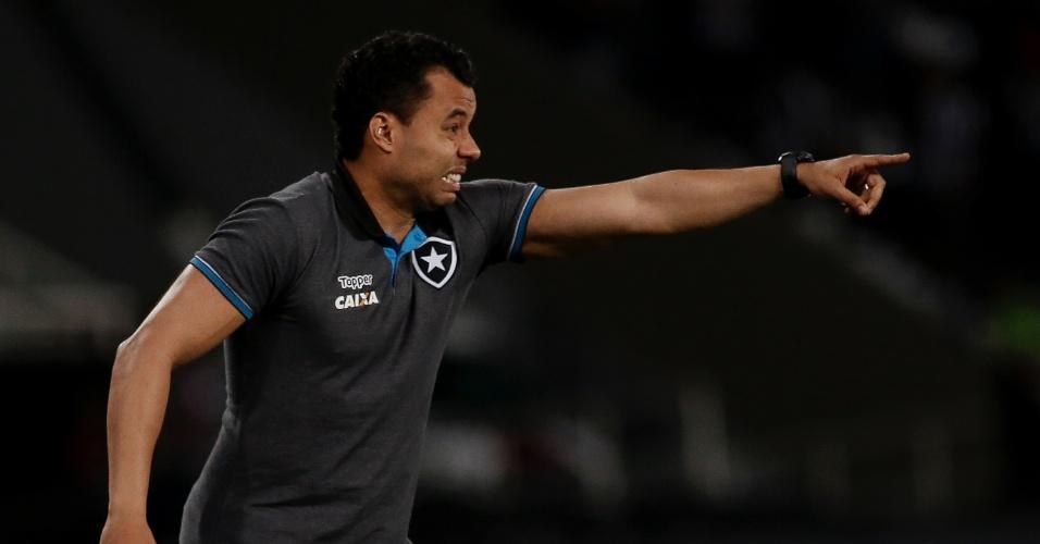 O técnico Jair Ventura orienta o Botafogo contra o Atlético-MG pela Copa Sul-Americana