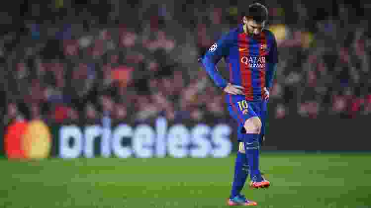 Lionel Messi olha para sua chuteira durante partida do Barcelona - Michael Regan/Getty Images - Michael Regan/Getty Images