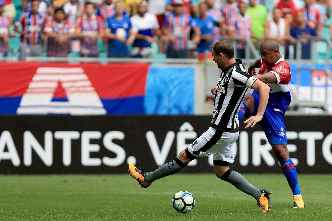 Joel Carli disputa a bola com Rodrigão em jogo entre Bahia e Botafogo
