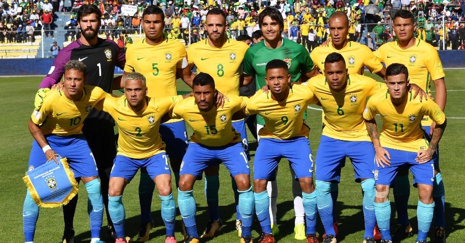 Seleção brasileira posa para foto antes do confronto com a Bolívia