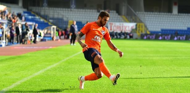 Lateral direito Júnior Caiçara em ação pelo Istambul Basaksehir, da Turquia