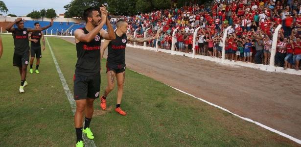 Atletas do Inter recebem carinho da torcida no Mato Grosso onde jogam nesta segunda
