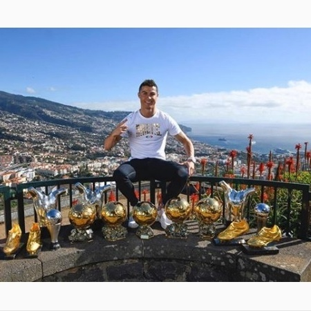 Cristiano Ronaldo posa com troféus e prêmios conquistados. Falta o Ding Dong - Reprodução/Instagram