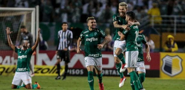 Jogadores do Palmeiras comemoram gol feito por Bruno Henrique contra o Santos