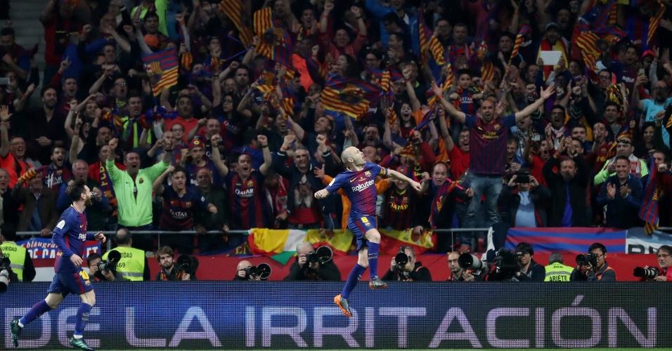Iniesta comemora com a torcida o quarto gol do Barcelona contra o Sevilla na final da Copa do Rei.