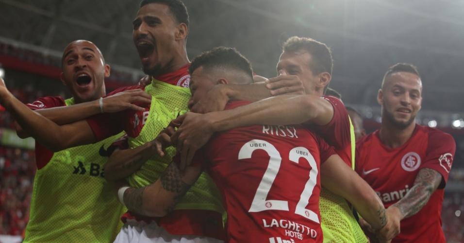 Rossi comemora com os companheiros o gol da vitória do Inter contra o Corinthians