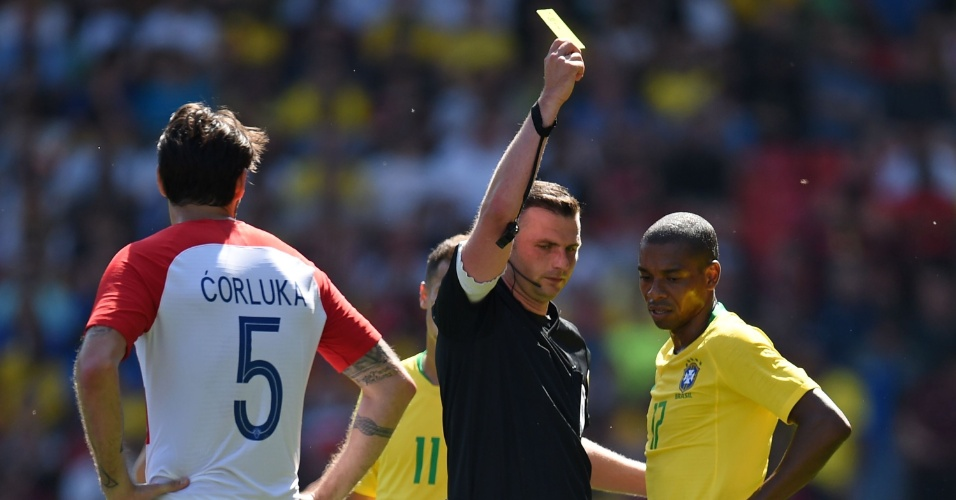 Árbitro inglês Michael Oliver apresenta cartão amarelo a Fernandinho, em amistoso Brasil x Croácia.