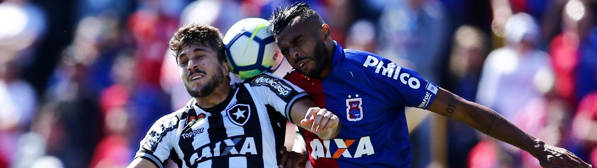 Igor Rabello e Alex Santana disputam a bola de cabeça, na partida entre Botafogo e Paraná