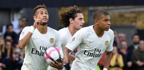 Neymar comemora gol do PSG em vitória sobre o Guingamp - FRED TANNEAU / AFP